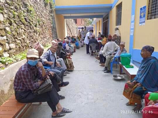 काेभिड १९ काे खाेप रिडीमा शुरु,बृद्ध बृद्धलाई खाेप केन्द्र सम्म पुग्नै समस्या